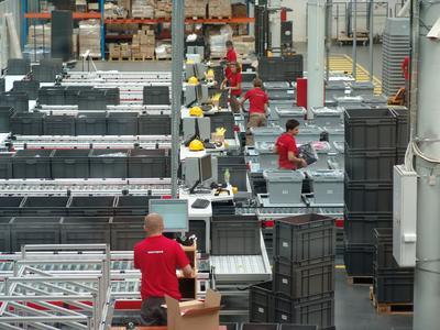 An den Multi-Order Kommissionierplätzen kann jeder Mitarbeiter mehrere Bestellungen zur gleichen Zeit bedienen / TGW Logistics Group GmbH