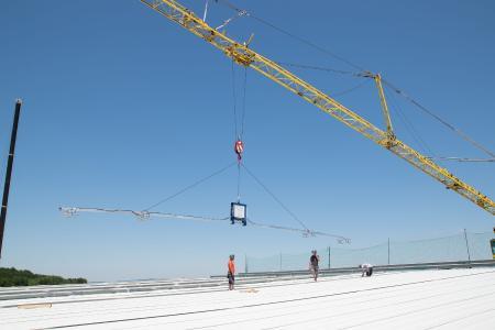 Hoch hinaus mit Vakuumhebetechnik beim Bau des Fußballstadion des SC Freiburg