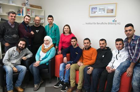 Teilnehmer des Deutschkurses für Flüchtlinge beim IBB Erfurt mit Dozent Nicolaus Ordemann (hintere Reihe, 3.v.l.) und Projektassistentin Anastasiya Sabatkuoskaya (hintere Reihe, 5.v.l)