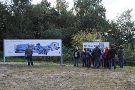 Große Schautafeln entlang des Windwegs informieren über die Technik der Windkraftanlagen