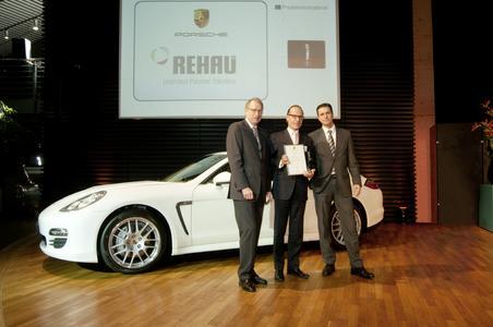 Gemeinsame Freude über einen großartigen Erfolg: die Porsche-Vorstände Wolfgang Leimgruber (links) und Lutz Meschke (rechts) zusammen mit REHAU Vizepräsident Dr. Veit Wagner Foto: Porsche