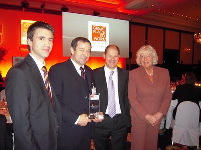 """Prof. Dr. Hindel (2. links) bei der Verleihung des Gütesiegels """"Deutschlands Beste Arbeitgeber 2009"""""""