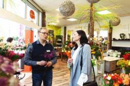 Im Floristikfachgeschäft erhalten Kunden eine umfassende floristische Beratung vom Profi / Foto©Fleurop AG