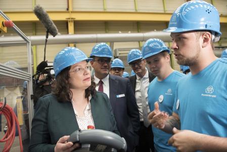 """Die """"duale Ausbildung"""" made in Germany genießt weltweit einen ausgezeichneten Ruf"""", so Bundesarbeitsministerin Andrea Nahles bei dem Treffen der G20 Arbeitsminister bei thyssenkrupp Rasselstein"""