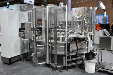 Die Innoket Roland 40 kann mit unterschiedlichen Etikettierstationen bestückt werden, um unterschiedlichste Gebinde, von der Konserve bis hin zur Glasflasche, zu etikettieren.