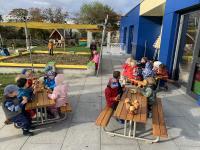 Die Kinder der KiTa Entdeckerland lassen sich die Brezeln und Äpfel an den neuen Picknicktischen schmecken.