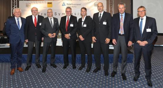 André Jurleit (5.von links) und die weiteren Redner des 11.TruckSymposiums