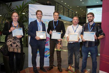 """Die Preisträger des """"Best Paper-"""" und """"Best Poster award"""" auf der COMSOL Konferenz 2015 in Grenoble.Von Links:  Iryna Tomashchuk, Michele Curatolo, Luciano Teresi, François Malbo und Xavier Corbella"""