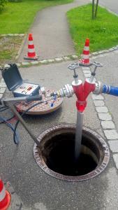 Das Tracergas ist im Wasser lösbar, sodass keine Probleme beim laufenden Betrieb oder in der Verteilung entstehen