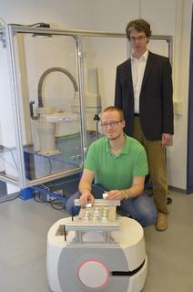 """Prof. Dr. Martin Venhaus (hinten) , Joschka Szittnick und """"Klaus"""" wünschen sich Kooperationspartner aus der Industrie"""
