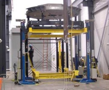 Anlage zum Heben und Senken von Teilen eines Spiegel-Teleskops
