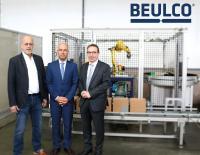 Gesellschafter Axel Beul, Technischer Leiter Lutz Schopen und Geschäftsführer Jürgen Christian Schütz vor dem selbstgebauten modernen Sortier-Roboter