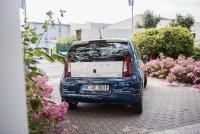 Abb. 3: Das neue Elektroauto in der Einfahrt der Assmann Electronic GmbH