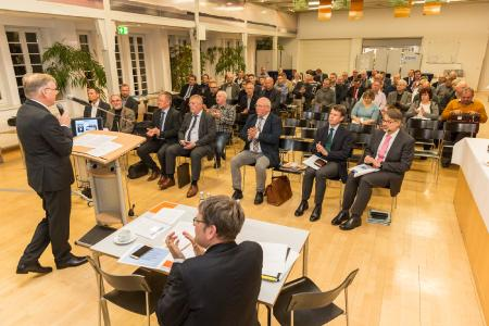 Die kommunalen Anteilseigner lassen sich während der 50. Versammlung von Verbandsvorsteher Michael Ankermann über die Verbandsentwicklung informieren (Bild: WEMAG/Stephan Rudolph-Kramer)