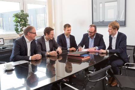 Die Partnerschaft zwischen dem Start-up watttron und LAUDA besteht seit 2018. Das Bild entstand bei der damaligen Vertragsunterzeichnung. Von links nach rechts: Die Geschäftsführer von LAUDA, Dr. Marc Stricker und Dr. Mario Englert, Ronald Claus von Nordheim, CPO von watttron, der Geschäftsführende Gesellschafter von LAUDA, Dr. Gunther Wobser, sowie Markus Stein, CEO von watttron / Quelle: LAUDA