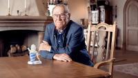 """WITRON-Gründer und Inhaber Walter Winkler freut sich über die Auszeichnung. Der Porzellanlöwe zeichnet WITRON als """"Bayerns Best 50"""" aus, ein Mittelstandspreis, verliehen für besonders wachstumsstarke Unternehmen."""