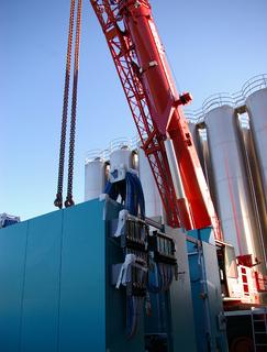 Bito investiert in den Standort Deutschland. Eine 60 Tonnen schwere Spritzgießmaschine zur Herstellung von Kunststoffbehältern wurde jetzt in Betrieb genommen.