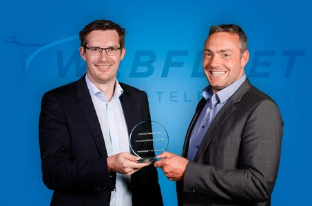 Thomas Greaney (TomTom Telematics) überreicht den connect-Award 2015 an Marcel Frings (TimoCom)