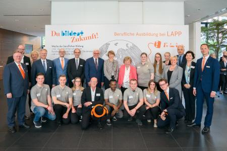 Bundespräsident Frank-Walter Steinmeier und seine Frau Elke Büdenbender informierten sich bei Lapp über die berufliche Ausbildung