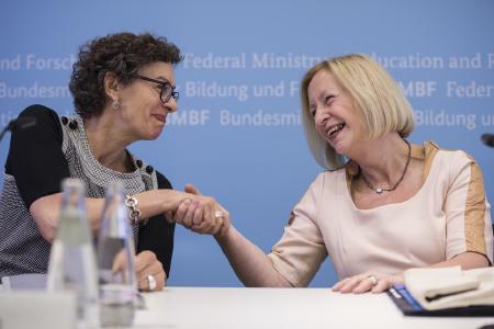 Digitalisierung erforschen: Bundesforschungsministerin Johanna Wanka mit Jeanette Hofmann vom Wissenschaftszentrum Berlin für Sozialforschung. © BMBF/Hans-Joachim Rickel