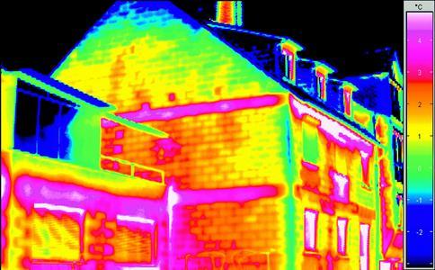 Eine Thermographie macht Wärmeverluste sichtbar: An den rotglühenden Flächen verliert das Haus Wärme. Auf dem rechten Bild das gleiche Haus mit Fassadendämmung. (Foto: Caparol Farben Lacke Bautenschutz)