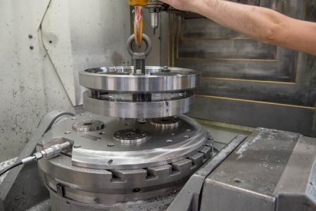 Weil mit der AMF-Nullpunktspannung so einfach umgespannt werden kann, können hier ungeplante und eilig zu fertigende Ersatzteile problemlos in den Fertigungsablauf eingeschoben werden.