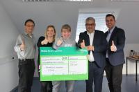 (von links): Roland Nitzler, Nadine Klug, Vanessa Klug, Andreas Haus und Michael Dönges bei der Spendenscheckübergabe bei den Praunheimer Werkstätten in Höchst