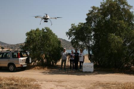 Das Team von Geotech fliegt ein unbemanntes Flugfahrzeug vom Typ md4-1000.