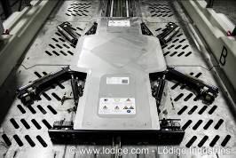 Innovative Technik statt Palettensystem: Der Lödige Shifter schiebt sich unter die Räder, hebt sie leicht an und transportiert das Auto auf die Lagerflächen