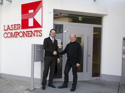 Patrick Paul, general manager at LASER COMPONENTS, welcomes Uwe Schallenberg as new head of production for laser optics.