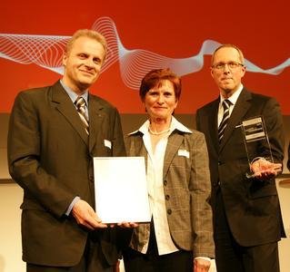 Prof. Dr.-Ing. Wolfgang Nebel als Ideengeber nimmt den  Innovationspreis-IT in der Kategorie GreenIT aus den Händen des  Geschäftsführer des Huber Verlags entgegen