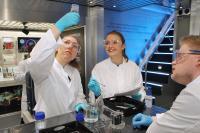 Bei Experimentierworkshops im InnoTruck entdecken Jugendliche wichtigen Zukunftstechnologien / © BMBF-Initiative InnoTruck / FLAD & FLAD Communication GmbH