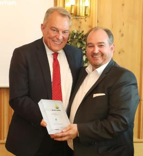 Laudator Thomas Roth überreicht den Deutschen Beteiligungspreis an Klaus Wolfermann, geschäftsführender Gesellschafter der PI Pro·Investor-Gruppe