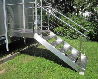 Praktisch, preiswert und schön: Von einem Industriedesigner entworfene Edelstahl-Außentreppe.