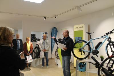 Dietmar Franz, Inhaber EBox, stellt den Teilnehmern sein Sortiment vor und erklärt die Funktionsweise der E-Bikes