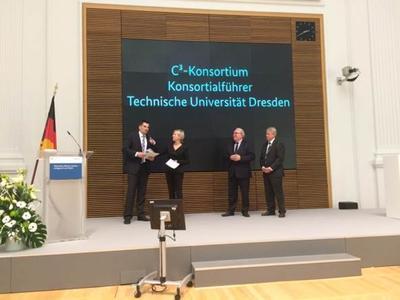 Dr. Frank Schladitz vom C³- Konsortium (links im Bild) nimmt den Preis entgegen