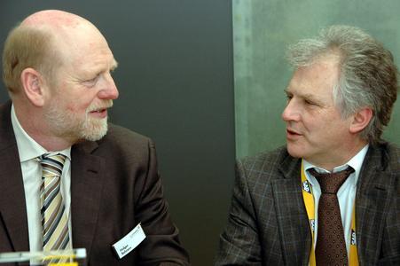 Branchenkenner unter sich: Die cormeta ag und die ISEnova GmbH bündeln ihr Know-how und werden ab sofort gemeinsam die mittelständische Getränkeindustrie verstärkt mit IT-Lösungen adressieren. Hier im Bild: cormeta Vorstand Holger Behrens (links) und Rolf Jankow, Geschäftsführer von ISEnova, auf der CeBIT 2010 während der Vertragsunterzeichnung.