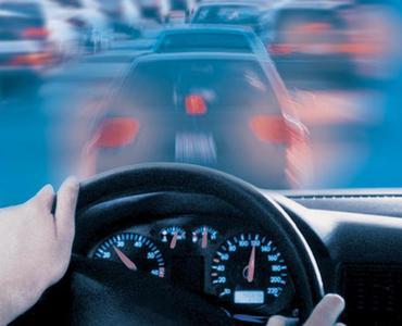 Nachlassende Sehkraft bedeutet beim Autofahren Gefahren für den Fahrer und andere Verkehrsteilnehmer. Augenoptiker raten daher zu speziellen Brillen für den Straßenverkehr.