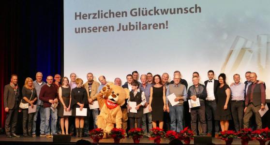 Höhepunkt bei der Jahresabschlussfeier der Firma Huber Kältemaschinenbau in der Reithalle war die Auszeichnung der Jubilare. 30 Mitarbeiterinnen und Mitarbeiter wurden für insgesamt 440 Jahre Betriebszugehörigkeit geehrt und erhielten eine Sonderprämie