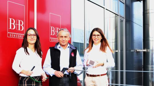 Geschäftsführer und Firmengründer Rudolf Boll begrüßt nun auch seine zweite Tochter, Evamaria Boll (rechts) als  Mitglied in der Geschäftsführung. Sie folgt Ihrer Schwester, Kim-Chantal Boll (links), die schon seit 2014 neben Ihrem Vater in der Geschäftsführung tätig ist.
