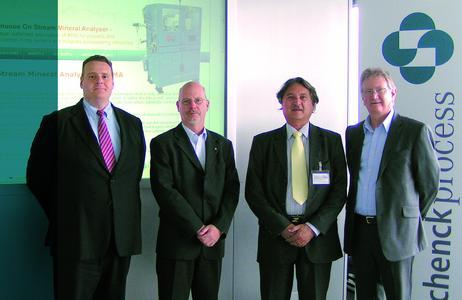 Stewart Murdoch und Bernd Neuman von der Schenck Process GmbH sowie Con Manias und Trevor Richards von FCT-ACTech Pty Ltd bei der Unterzeichnung der strategischen Vertriebsvereinbarung beider Unternehmen