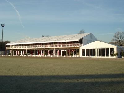 VIP-Club West: Wo bis zur letzten Saison die Amateure von Bayer 04 Leverkusen spielten, wurde im Zuge des Umbaus der BayArena ein zweistöckiges Zelt-Ensemble von Losberger errichtet. Das Emporium beherbergt den VIP- sowie den Pressebereich.
