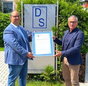 Links: Christian Paulus, Geschäftsführer DS Deutsche Systemhaus GmbH.  Rechts: Richard  Brunner, Geschäftsstellenleiter IHK Cham Quelle: DS Deutsche Systemhaus GmbH