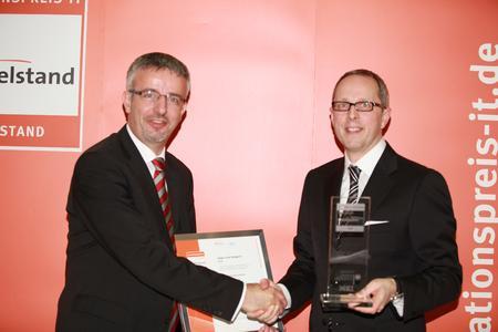 Das beigefügte Foto zeigt den bei ARTNER für den Vertrieb verantwortlichen Mitarbeiter Georg Gabriel (links) bei der Preisverleihung mit dem Geschäftsführer des Huber Verlages Rainer Kölmel (rechts)
