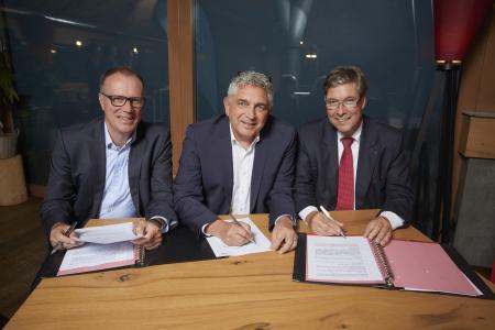 (von links): Symbolische Vertragsunterzeichnung – Dr. Markus Coenen, Mike Schuler (Vorstandsmitglieder Süwag) und Dr. Ulrich Kleine (Vorstand E-Werk Mittelbaden) trafen sich auf der Grinde-Hütte zur Gründung der gemeinsamen Netzgesellschaft Überlandwerk Mittelbaden