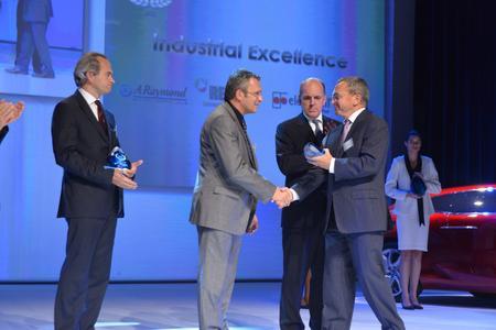 Pascal Pfersdorff Leiter des REHAU Werk Poix (2.v.l.), nahm sichtlich stolz den PSA Supplier Award entgegen. Foto: REHAU