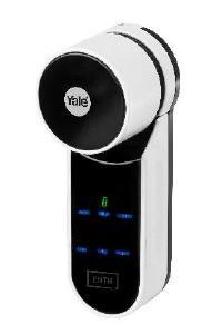 Der elektronische Schließzylinder ENTR® der Marke Yale öffnet die Haustür auch per Fernbedienung, Smartphone, Fingerabdruck oder PIN, Foto: ASSA ABLOY Sicherheitstechnik GmbH