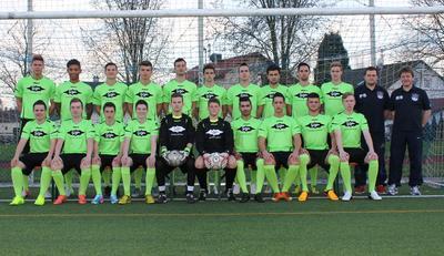 Mannschaftsbild der A-Junioren des TuS Ergenzingen mit neuen Trikots gesponsert von BITZER.