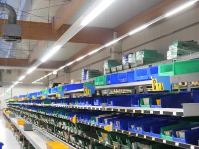 Mikroprismenscheiben an den Unterseiten der LED-Lichtbänder sorgen für blendfreies Arbeiten / Foto: Emslicht