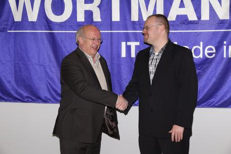 Startschuss für eine strategische Partnerschaft (v.l.n.r.): Siegbert Wortmann, Vorstandsvorsitzender und Firmengründer der WORTMANN AG, vereinbart mit Michael Schröder, Leiter Lieferantenmanagement von emendo, per Handschlag die gemeinsame strategische Allianz.
